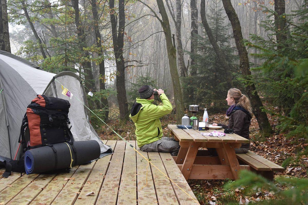 In den Naturlagern in der Nordeifel muss man sein Zuhause für die Nacht erstmal finden © Naturpark Nordeifel e.V, Manfred Schuler