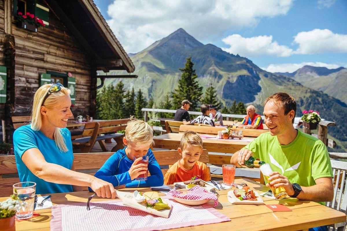 Regionale Spezialitäten auf der Berghütte genießen © SalzburgerLand Tourismus GmbH