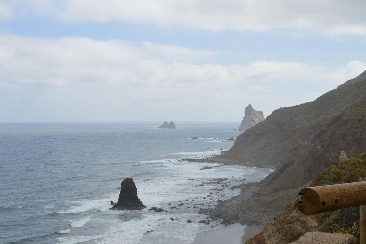 Die wilde Küste des Anaga-Gebirges mit ihren schwarzen Vulkanstränden © S. Pries