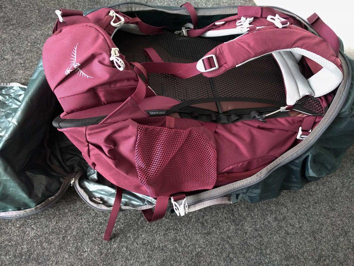 Die AirCover™ Schutzhülle verpackt den ganzen Rucksack für die Reise