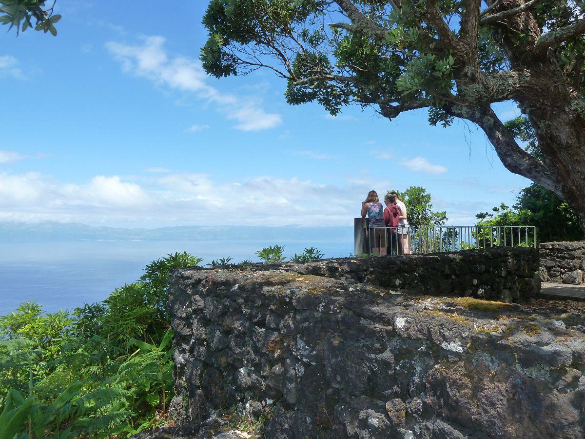 Die Nordküste von Pico bietet Ausblicke auf die Nachbarinsel Sao Jorge © picotours