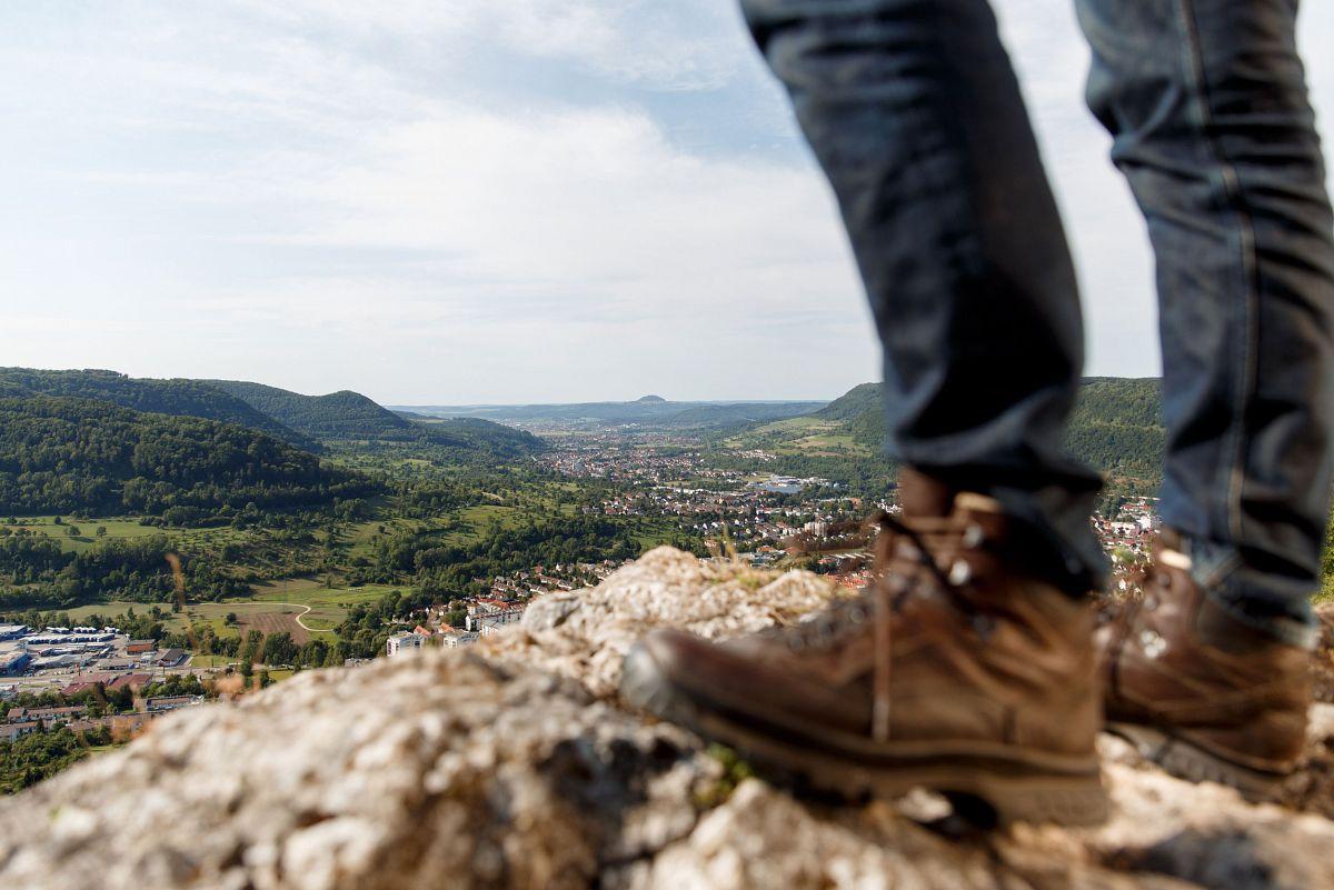 Wanderer an der Traufkante oberhalbvon Geislingen/Steige © Landkreis Göppingen