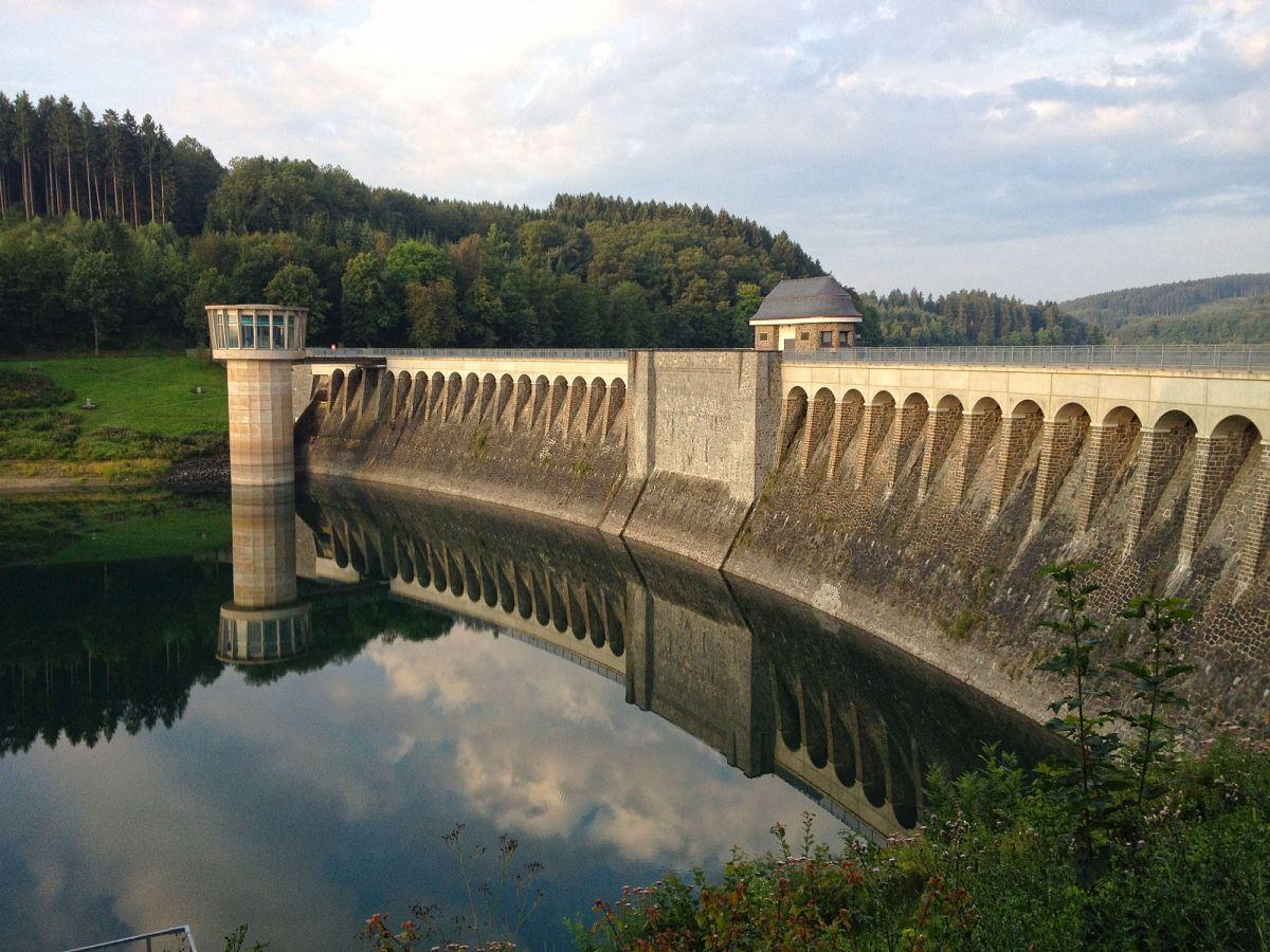 Beeindruckendes Bauwerk umrahmt von der schönen Seenlandschaft, die Listertalsperre © TV Biggesee-Listersee
