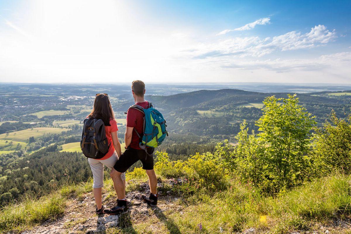 Wanderer am Aussichtspunkt Böllat © TMBW, G. Lengler