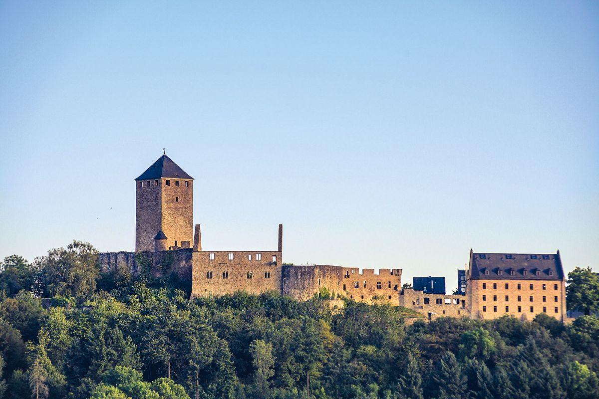 Die Burg Lichtenberg ist mit 425 m Länge die größte Burganlage der Pfalz. Die sichdarin befindliche Jugendherberge ist PfalzCard-Gastgeber © Pfalz.Touristik e.V.