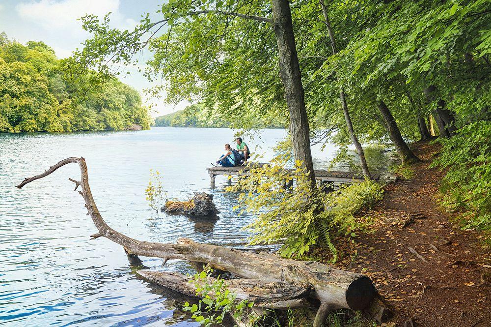 Wanderpause auf dem Steg © Tourismusverband Mecklenburg-Vorpommern/Duerst