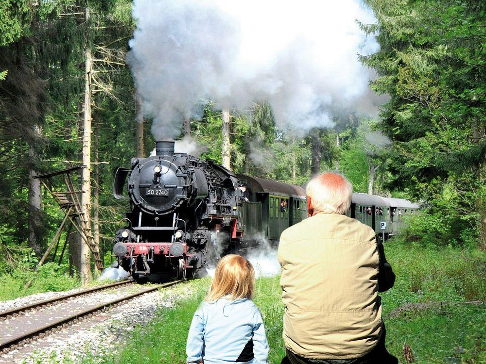 Mit etwas Timing kann man die Schwäbische Waldbahn vorbeifahren sehen © Stadtarchiv Welzheim