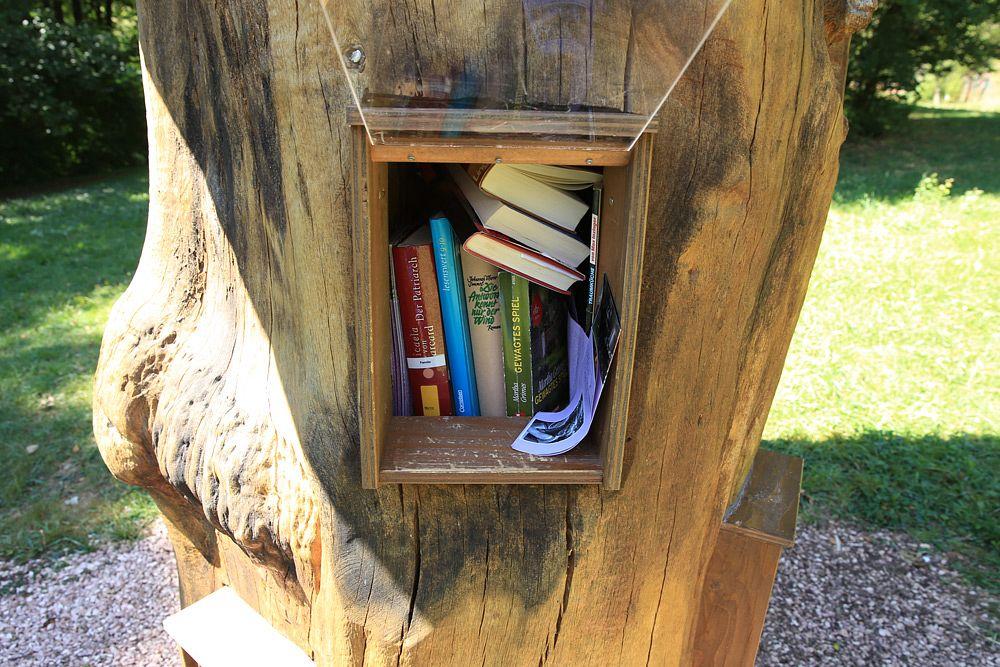 Ein Bücherschrank mit Kinderliteratur