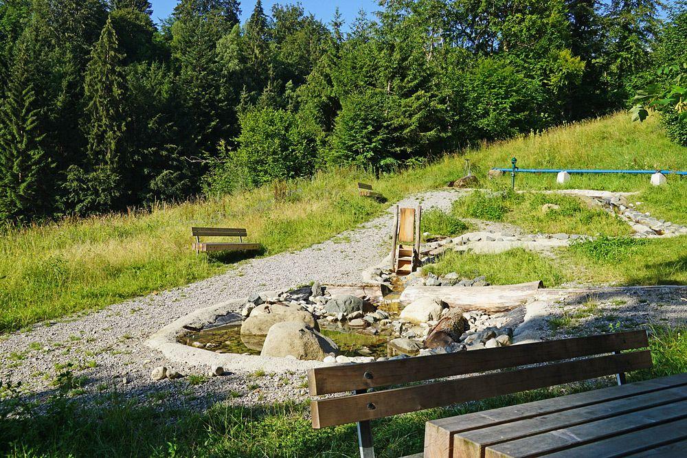 Einer der zwei Wasserspielplätze am Weg © Tourist-Info Blaichach