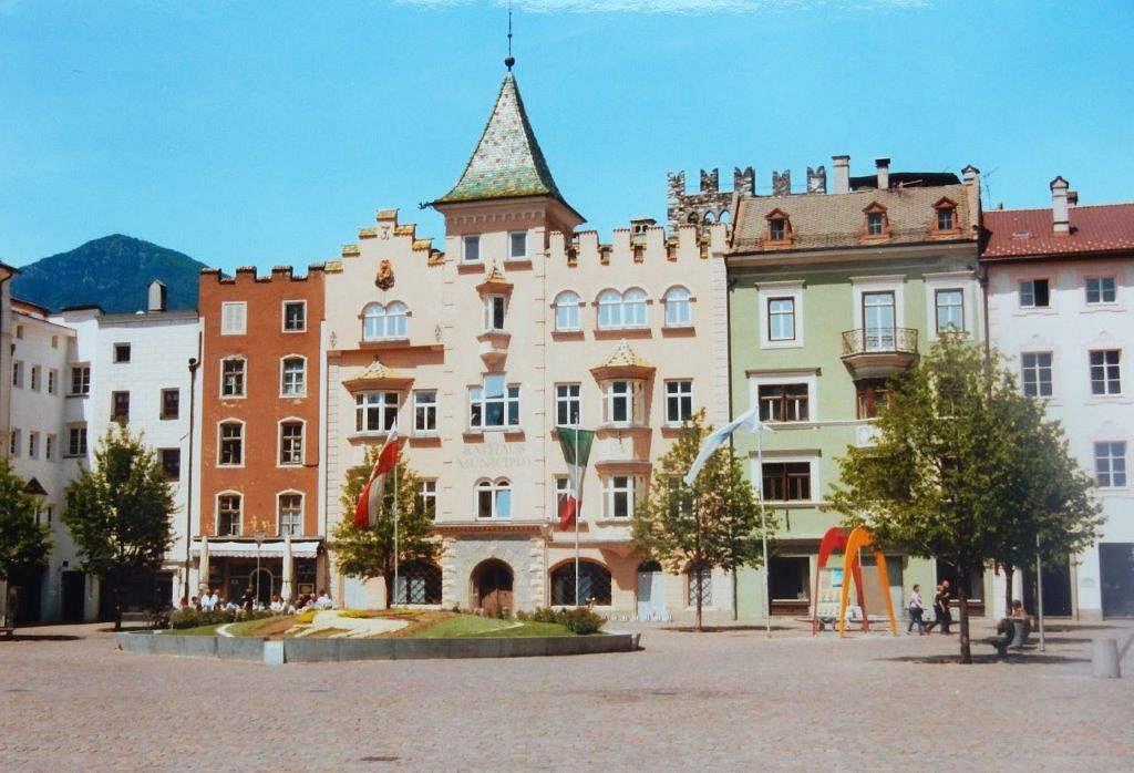 Der Domplatz mit dem Rathaus in Brixen © Dr. Konrad Lechner