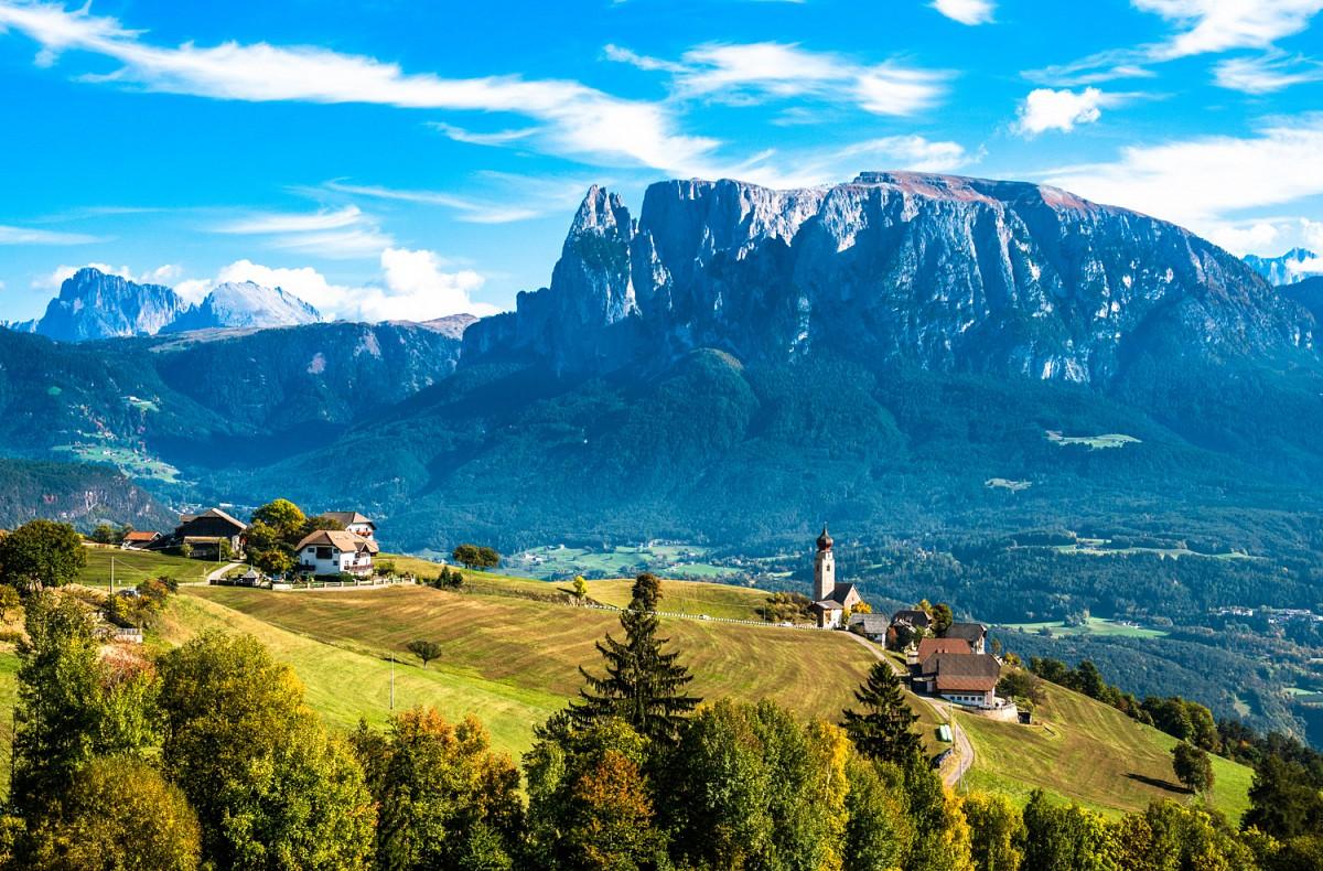 Blick über das Etschtal auf die Dolomiten: v.l.n.r. Langkofel, Plattkofel, Schlernmassiv ©AdobeStock