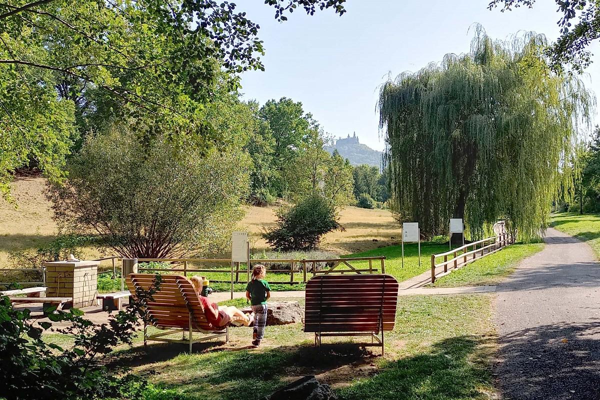 Entspannen im Feilbachtal mit Blick auf Burg Hohenzollern © Martina Eberle