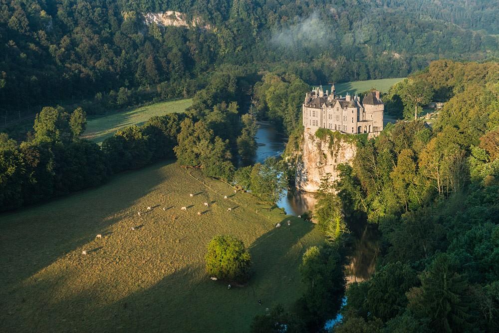 Das Schloss Walzin liegt märchenhaft auf einem Felsvorsprung. © WBT, Dominik Ketz