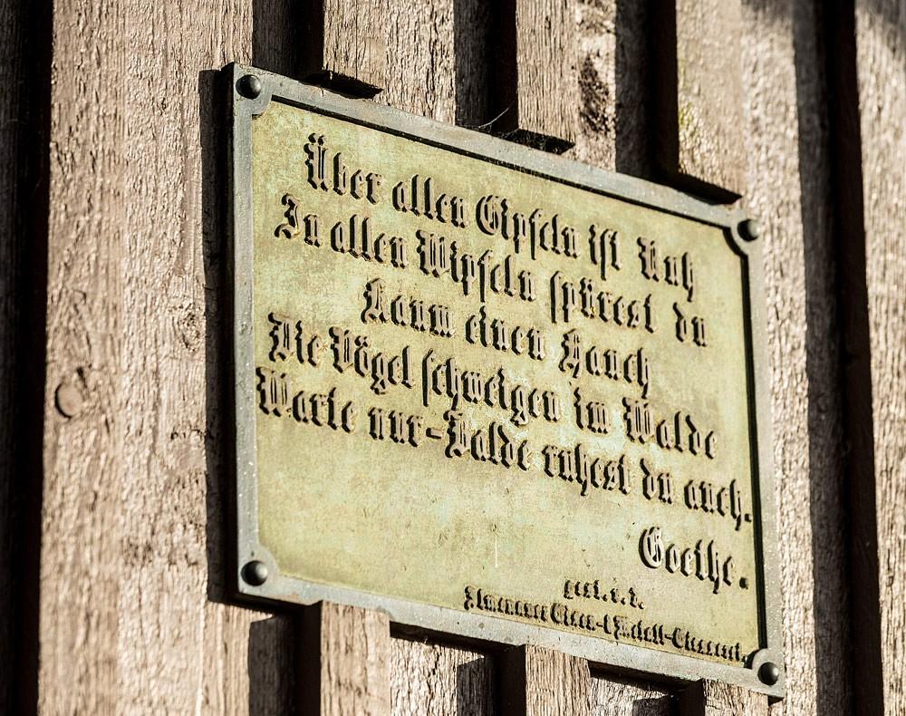 Ein Gedicht empfängt Wanderer am Goethehäuschen.