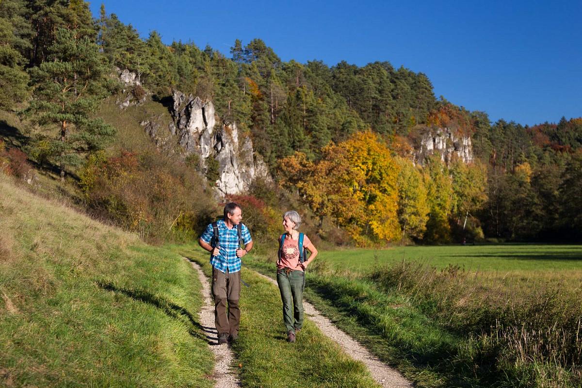Steil aufragende Felsen begleiten den Burgensteig im Tal der Schwarzen Laber © Stefan Gruber