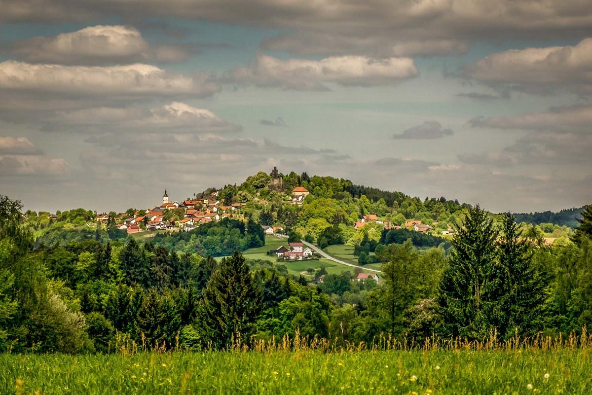 Liegt wunderschön im Vorderen Bayerischen Wald - der Ort Brennberg mit Burgruine © Hans Eigenstetter