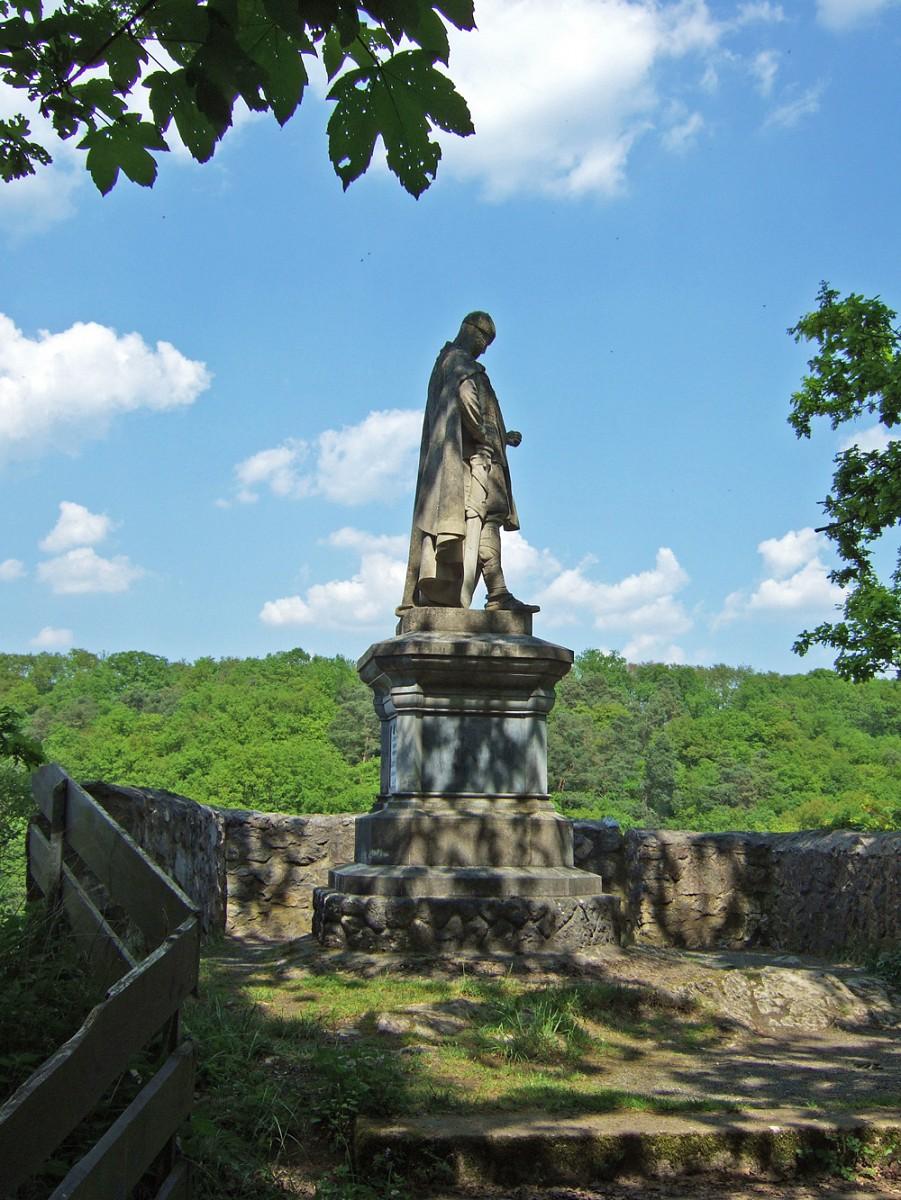 Das König-Konrad-Denkmal am Ortsrand von Villmar