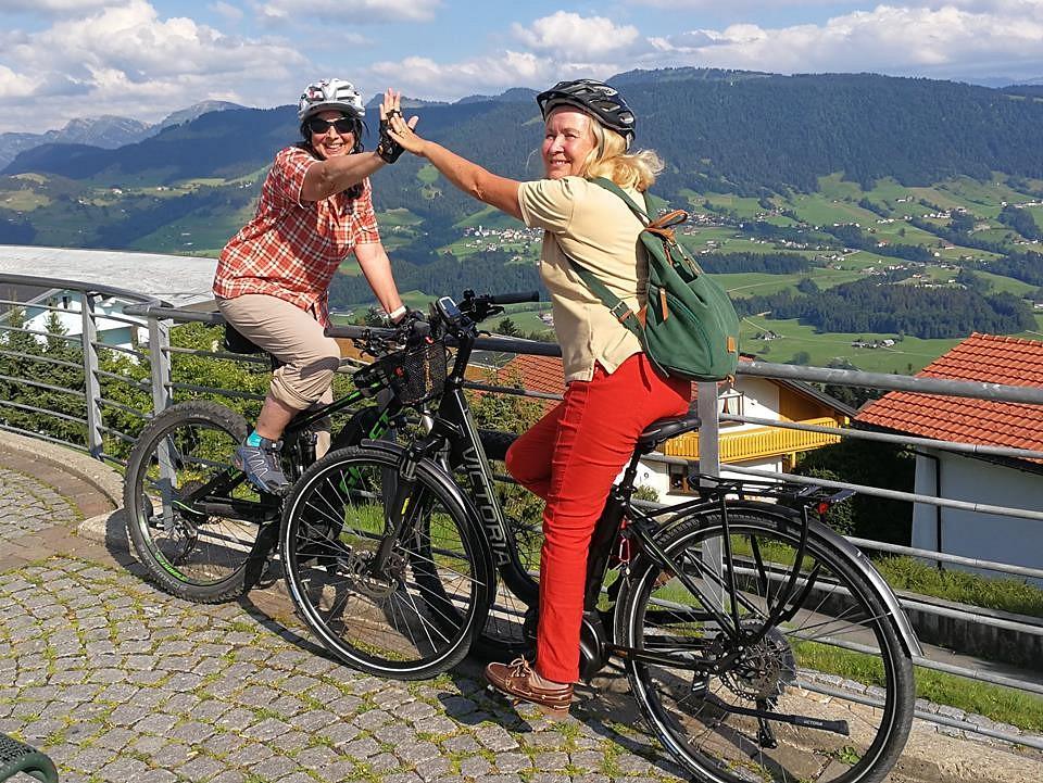 pspan-stylefont-familyGeorgiaserifClaudia-Urech-quotMit-meiner-FreundinnbspElke-Oszligwaldnbsp--auch-gerne-mal-auf-Raumldern-zusammen-unterwegsquotbr-Hier-im-Oberallgaumlu-Oberstaufen-auf-dem-Weg-nach-Sulzbergspanp