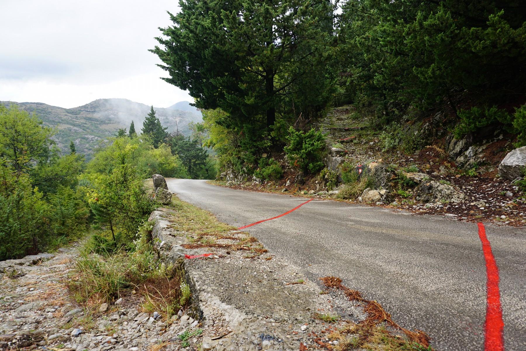 pDort-wo-der-Wanderweg-eine-Straszlige-uumlberquert-wird-sogar-mit-roter-Farbe-auf-dem-Asphalt-nachgeholfenp