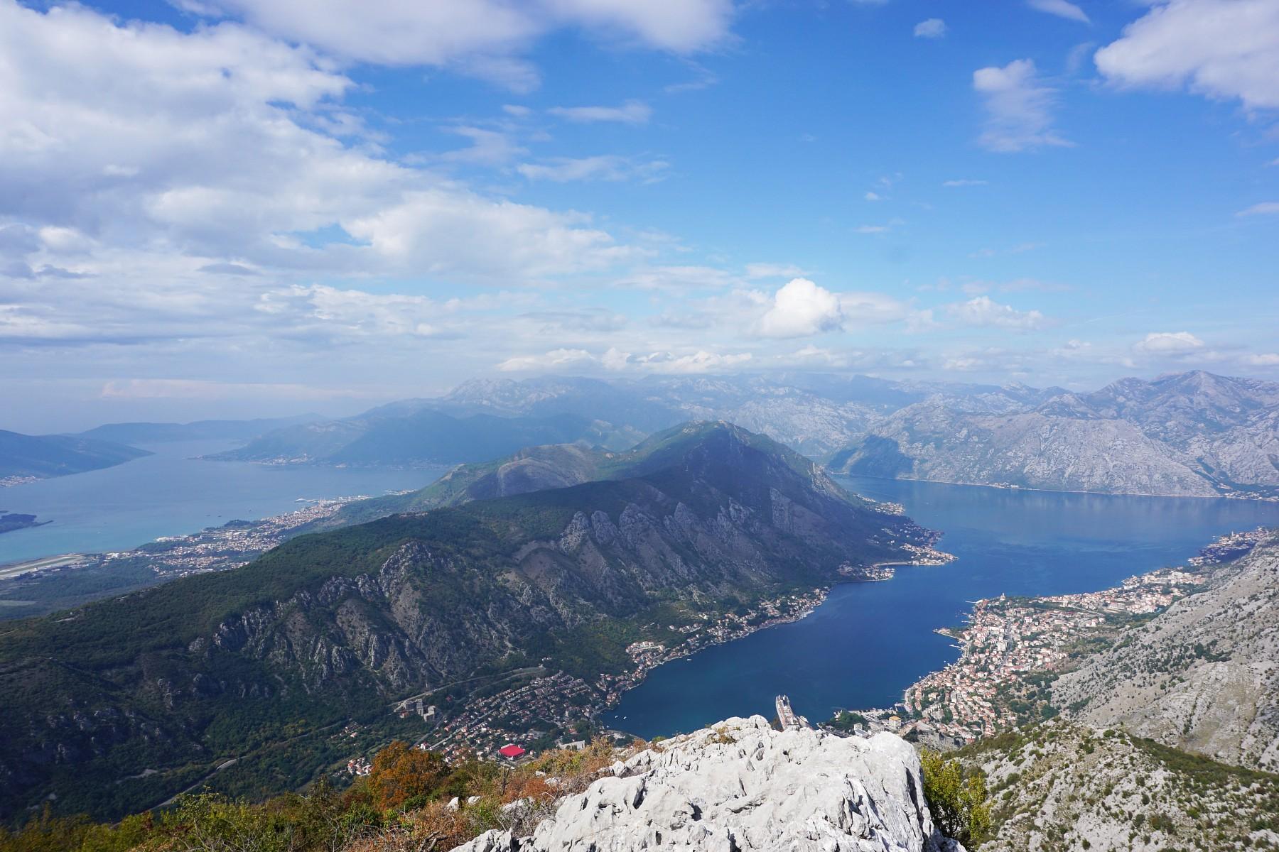 pBlick-auf-die-Stadt-Kotor-an-der-Adriakuumlste-Montenegros-Die-Stadt-mit-UNESCO-Welterbe-Status-liegt-an-einer-fast-30-km-langen-Bucht-eingerahmt-von-den-kargen-Felswaumlnden-des-Loven--und-Orijen-Gebirgesnbspnbspp
