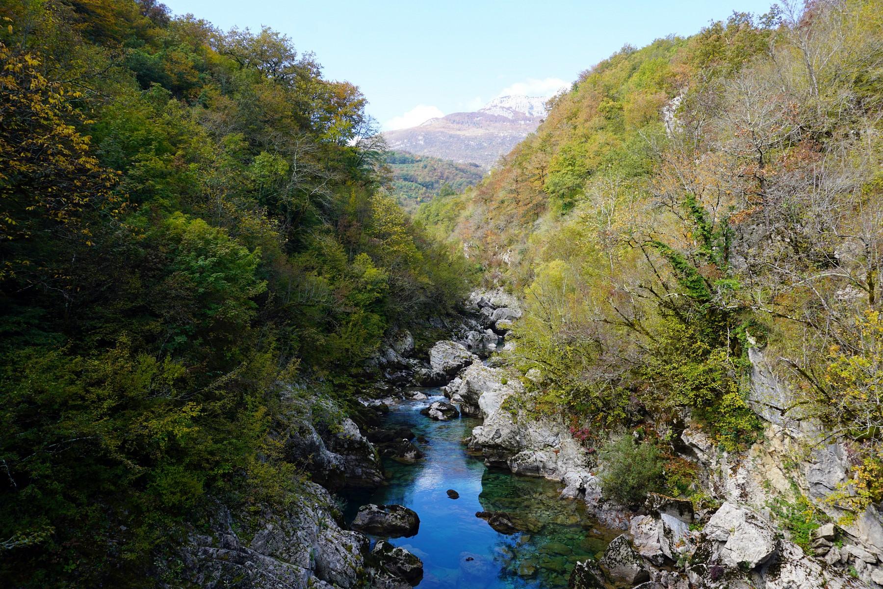 pDurch-den-Mrtvica-Canyon-fuumlhrt-eine-der-reizvollsten-Wanderungen-des-Landes-Hier-befindet-man-sich-im-wilden-LandesinnerennbspMontenegrosp