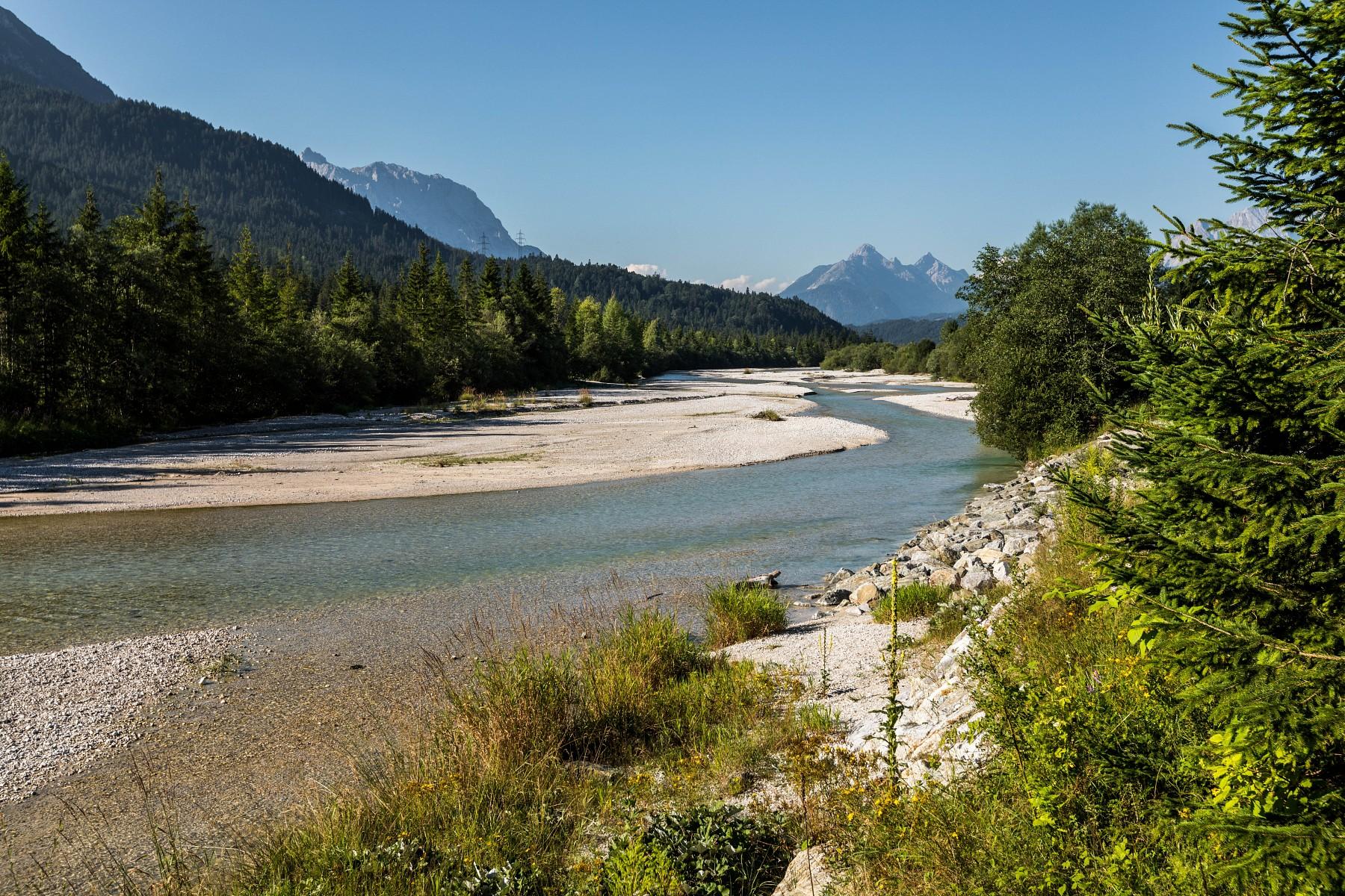 pDie-Isar-bei-Wallgau-Die-Alpenwelt-Karwendel-begruumlszligt-uns-mit-schoumlnen-Ausblickenp