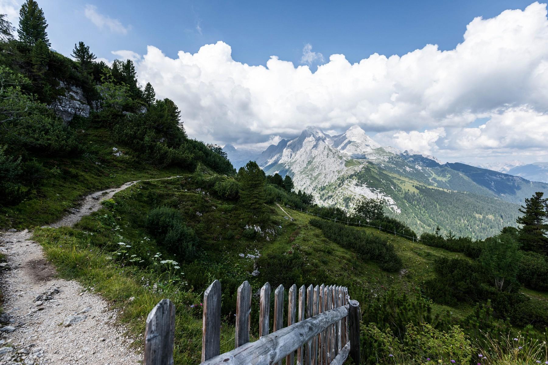 pAuf-demnbspSchachen-im-Wettersteingebirge-fesselt-uns-dieser-Weitblick-uumlber-das-gesamte-Zugspitzmassivnbspp