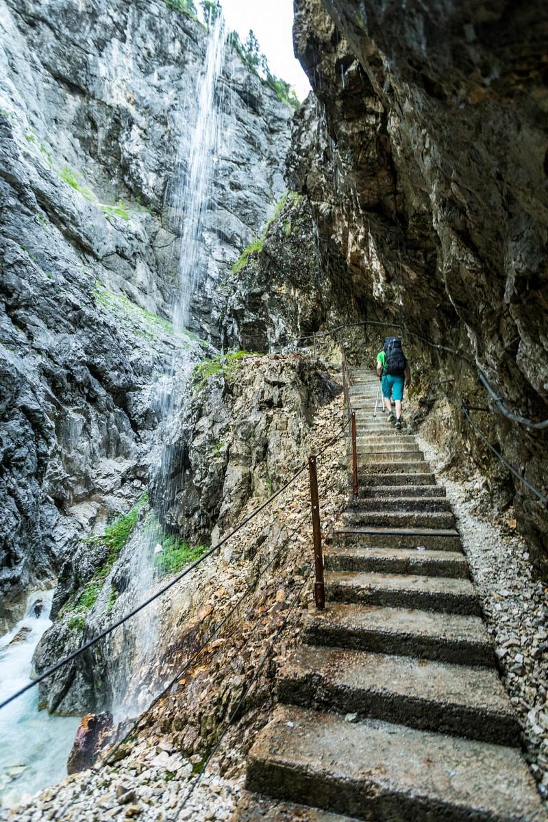pWir-wandern-durch-die-bizarre-Welt-der-Houmlllentalklamm-bei-Grainau-Hier-sind-wir-dem-houmlchsten-Gipfel-Deutschlands-der-Zugspitze-am-naumlchstenp