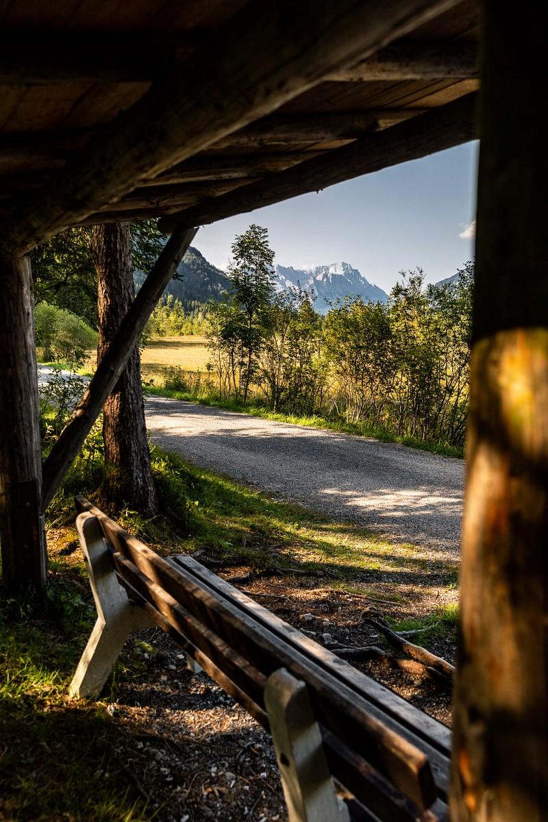 pZwischen-Eschenlohe-und-Oberau-laden-viele-Aussichtsbaumlnke-zum-Ausruhen-und-Genieszligen-ein-Dann-geht-es-weiter-Richtung-Suumlden-p