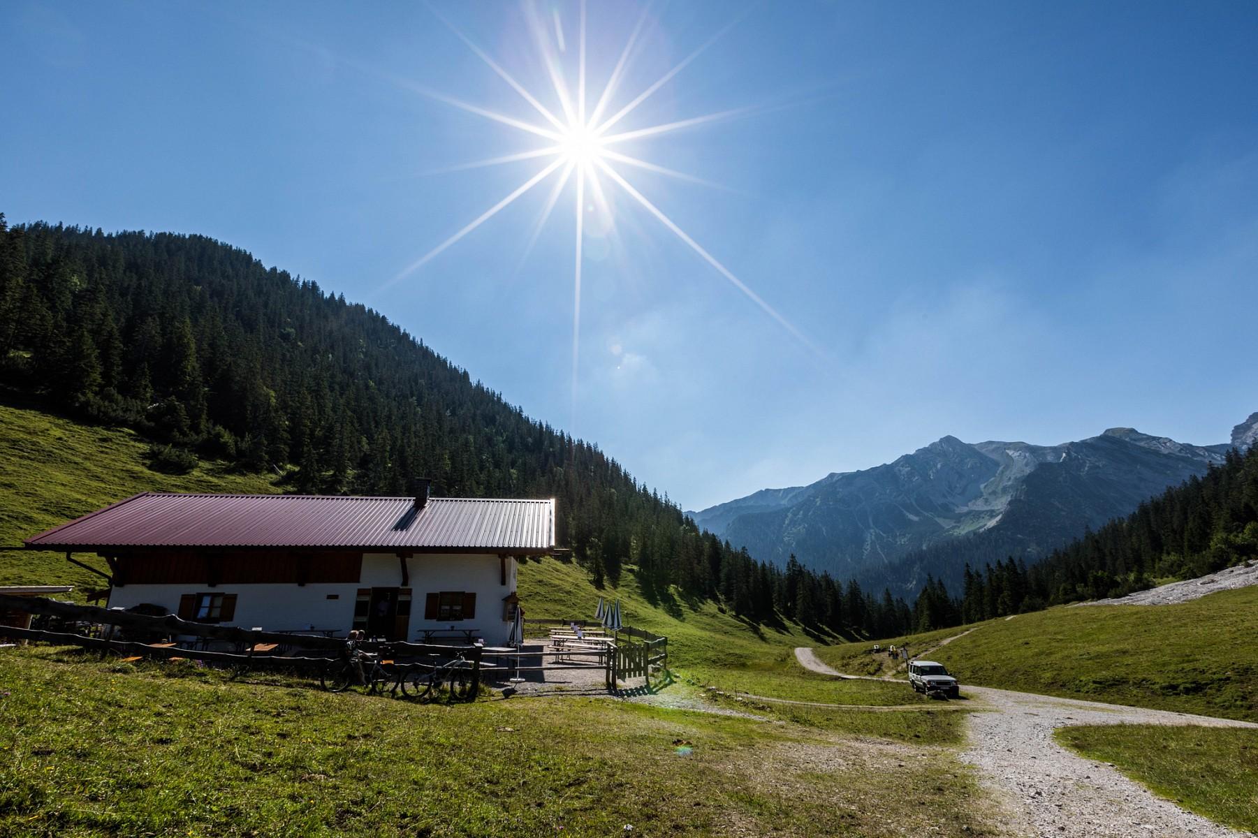 pRuhe-und-Entspannung-finden-wir-inmitten-der-Berge-auf-der-Fischbachalm-suumldlich-des-Walchenseesp