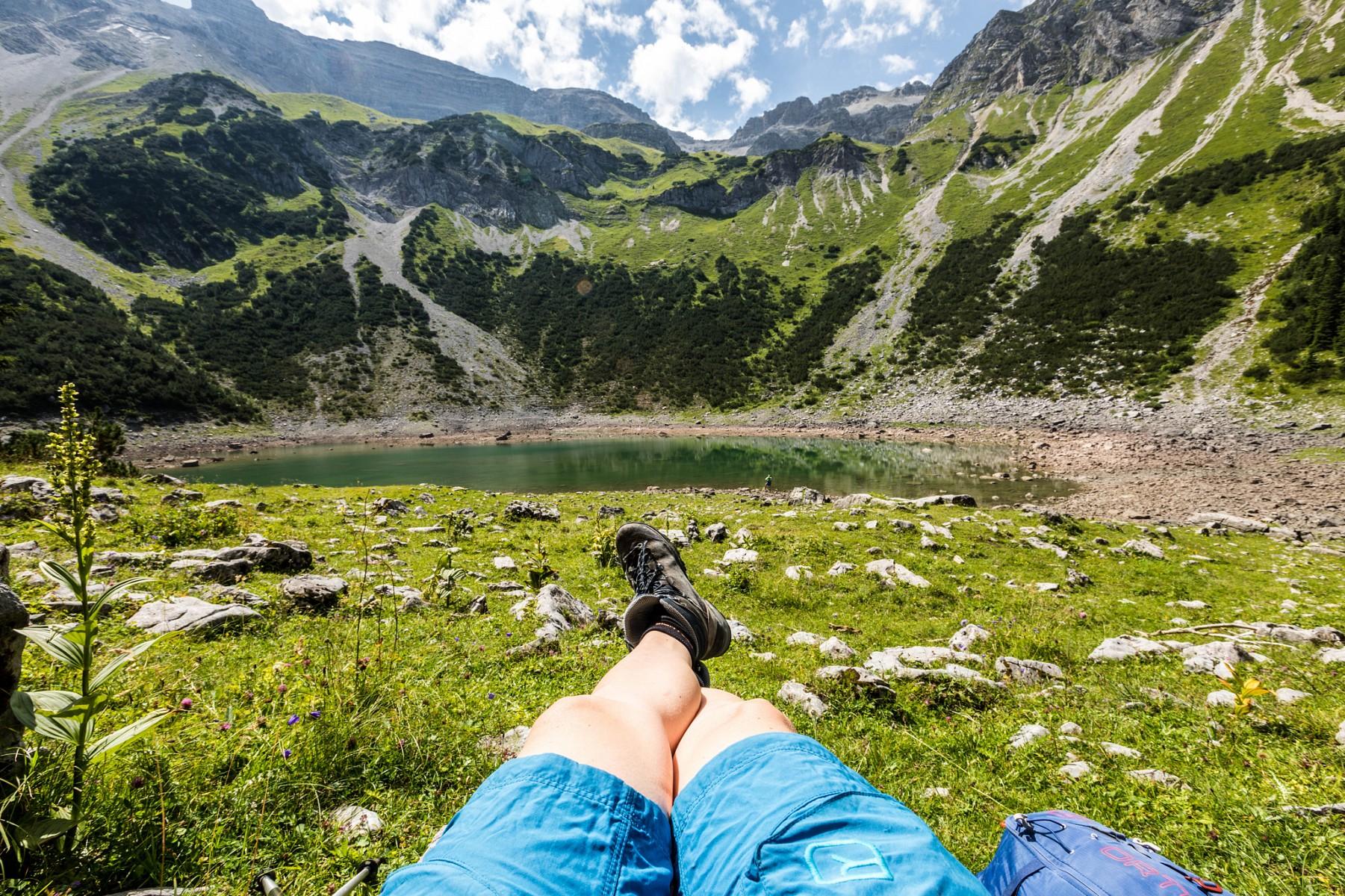 pEine-kleine-Wanderpause-am-Soiernsee-im-Karwendelgebirge-Ab-hier-beginnt-der-Spitzenwanderweg-alpin-zu-werdenp