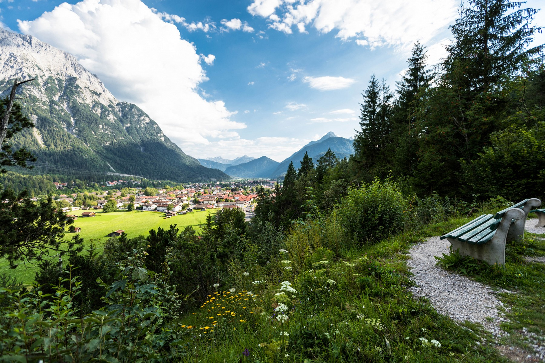 pNach-einem-anstrengenden-Tag-ist-ein-weiteres-Etappenziel-erreicht-Der-Geigenbauort-Mittenwald-Ab-hier-geht-es-parallel-zur-oumlsterreichischen-Grenze-weiter-Richtung-Zugspitzep