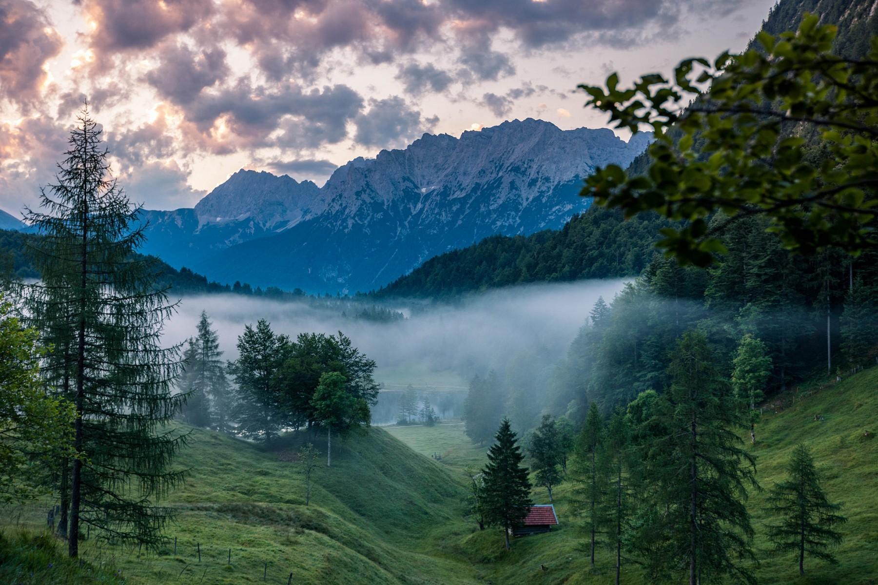 pNebelschwaden-tauchen-dennbspFerchensee-bei-Mittenwald-in-eine-mystische-Stimmungp