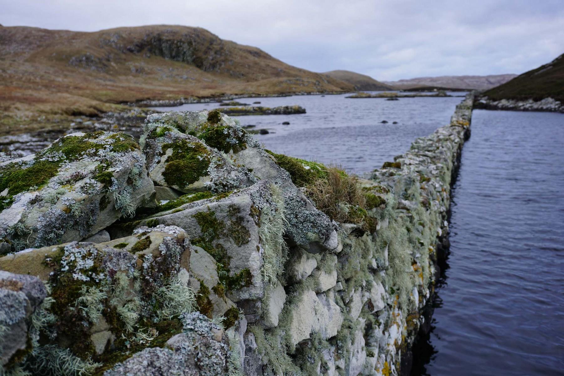 pDie-durch-das-Wasser-fuumlhrenden-Mauern-sind-schoumlne-Fotomotivenbspp