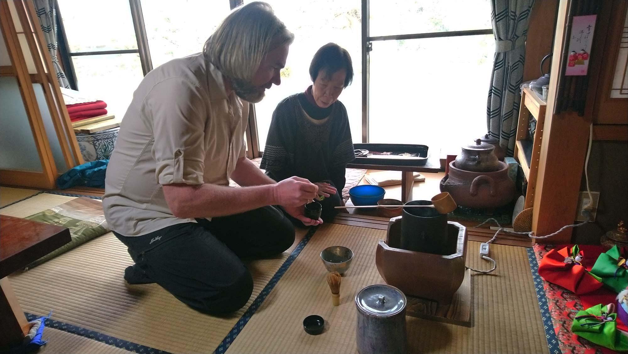 pspan-stylecolornullBei-einer-traditionellen-japanischen-Teezeremonie-bleibt-wirklich-nichts-dem-Zufall-uumlberlassenspanp