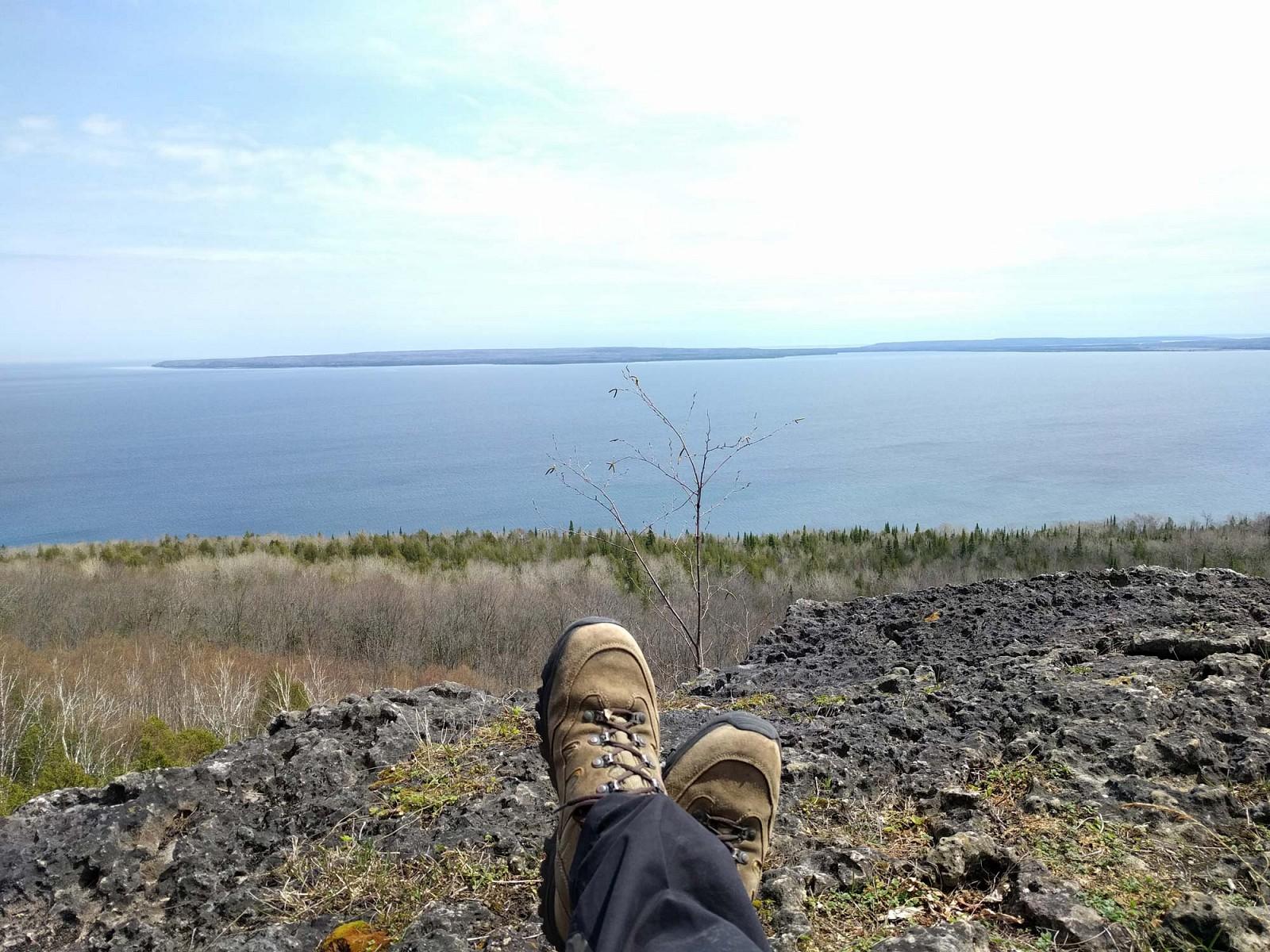 pRedakteurin-Ricarda-war-in-Northern-Bruce-Peninsula-Ontario-Kanada-unterwegs-Hier-verlaumluft-der-noumlrdlichste-Abschnitt-des-ca-900-km-langen-undnbspaumlltesten-oumlffentlich-zugaumlnglichen-Wanderwegs-des-LandesnbspdernbspBruce-TrailppDieses-Bild-entstand-auf-dem-Jackson39s-Cove-Lookout-Ich-saszlig-hier-sicherlich-eine-Stunde-lang-Nur-Wildnis-um-mich-herump