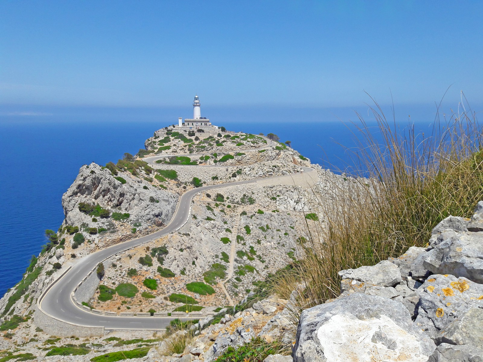 pIrgendwann-hinter-einer-Kurve-ist-das-Ziel-endlich-in-Sicht-der-Faro-de-Formentor-am-noumlrdlichsten-Zipfel-der-Halbinsel-Beschwingt-gehe-ich-die-letzten-Kurven-anp