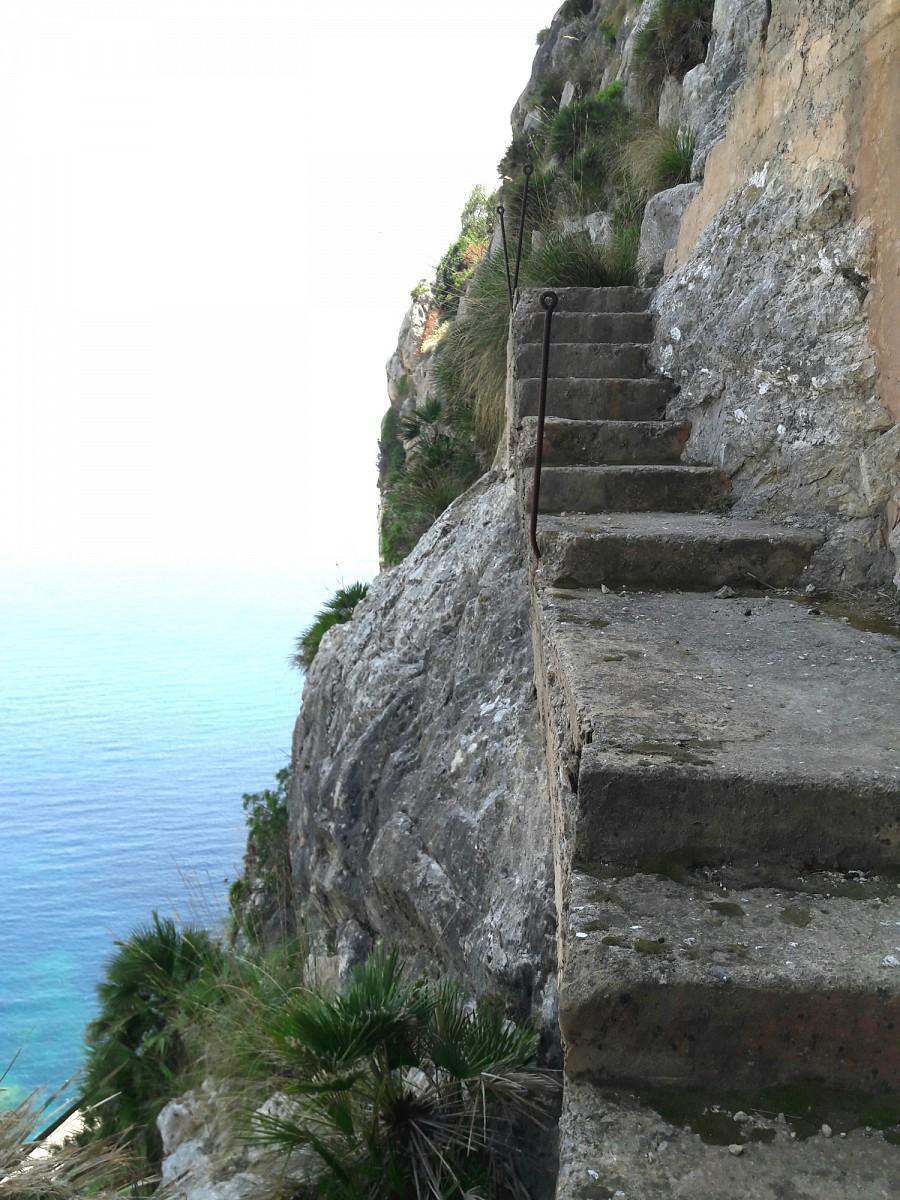 pStatt-dem-Tunnel-nehme-ich-diese-Treppe-uumlber-den-Berg-und-teste-meine-Schwindelfreiheit-Ich-achte-darauf-ruhig-zu-atmen-und-lasse-mir-Zeit-Mit-einer-Hand-am-Fels-geht-es-gutp