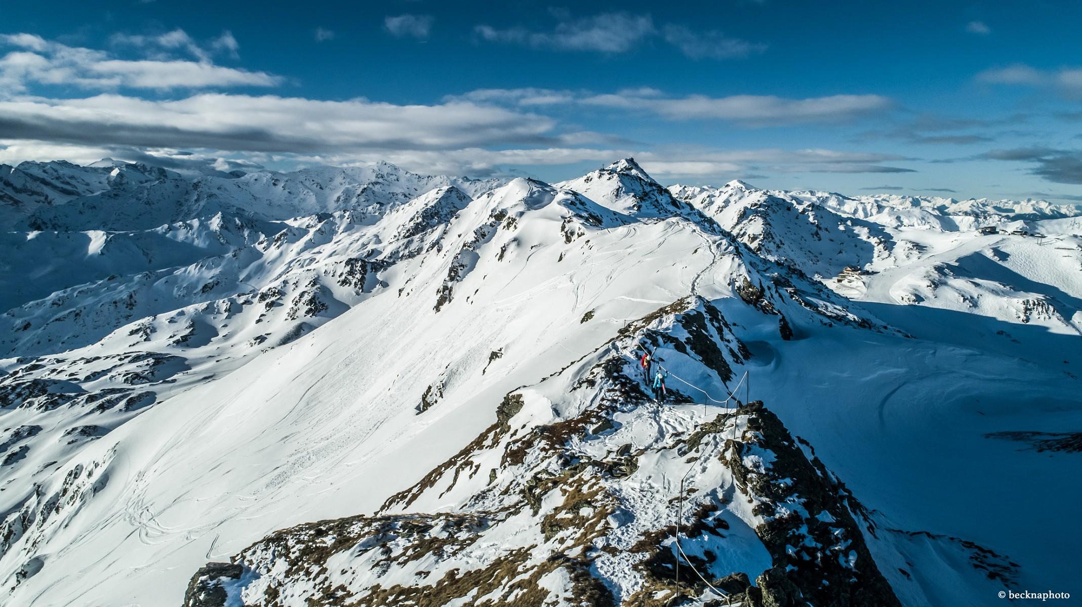 pAuf-Augenhoumlhe-mit-den-Gipfeln-dernbspZillertaler-Alpen-Von-hier-sind-es-nur-100-mnbsphinab-zur-Wedelhuumltte-auf-2350-m-Houmlhenbspp