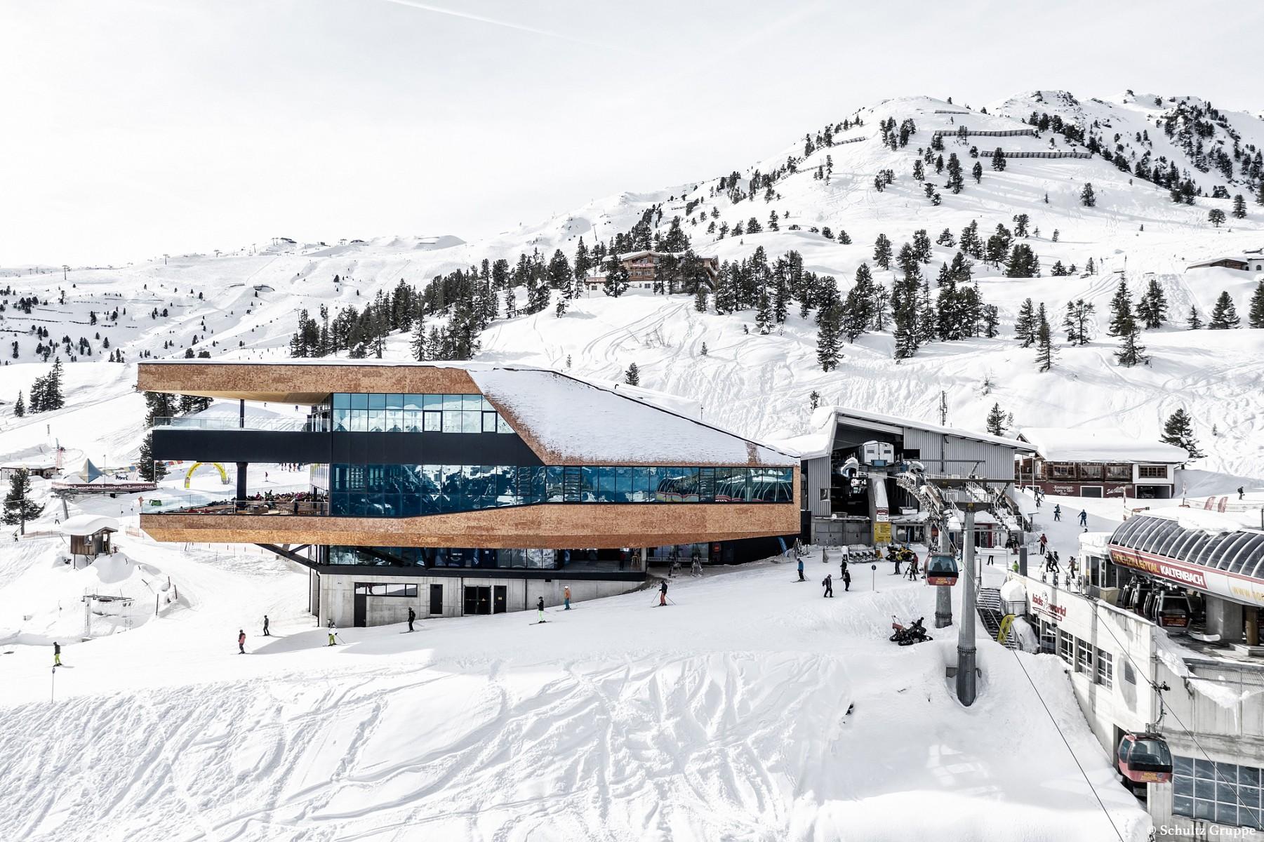 pMit-der-Hochzillertal-Bahn-in-Kaltenbach-geht-es-hinauf-zurnbspBergstation-MountainnbspView-und-von-hier-ausnbspentweder-zu-Fuszlig-oder-auf-Skiern-weiter-zur-Liftstation-Wimbachexpressp