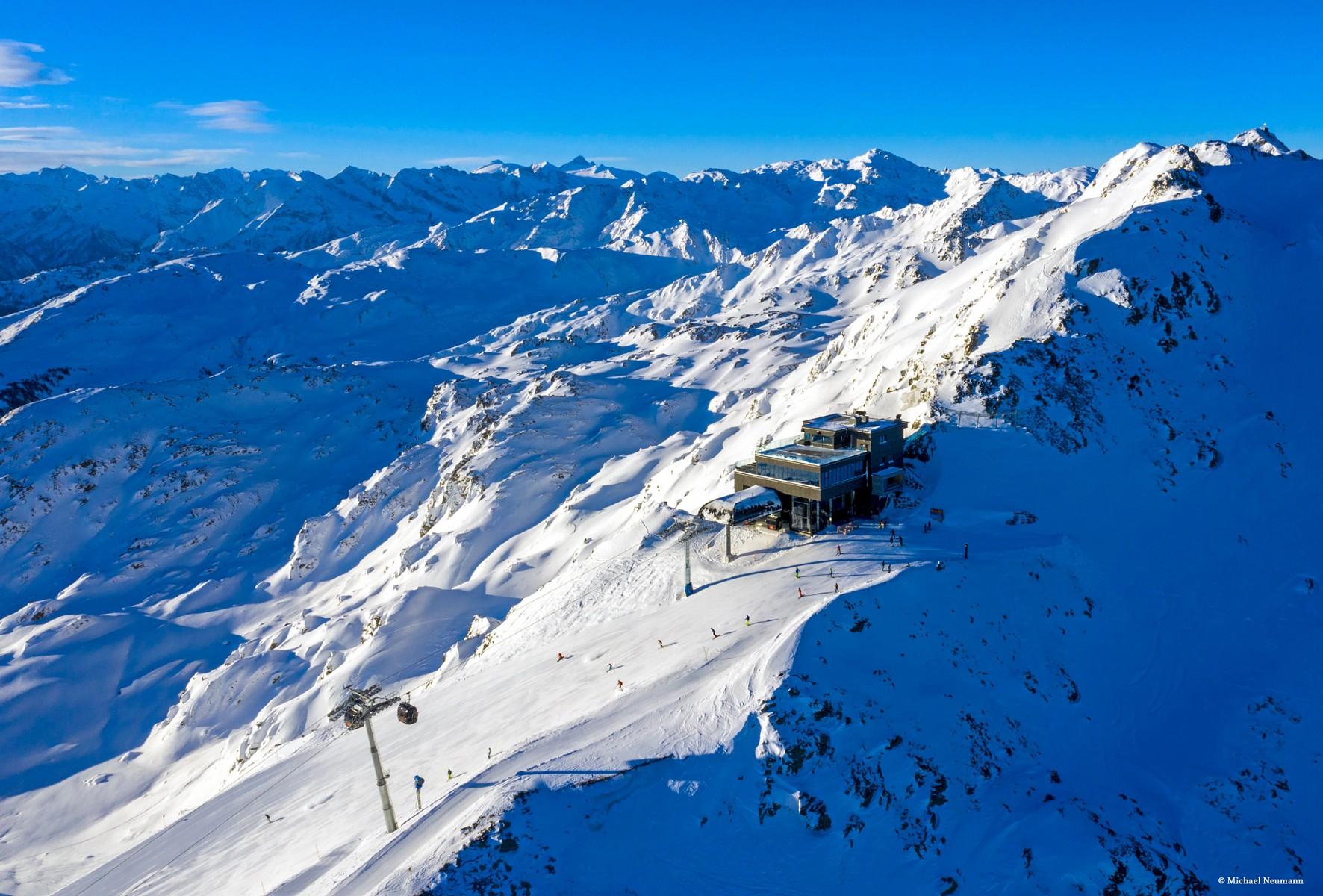 pDer-Wimbachexpress-bringt-Gaumlste-hinauf-zum-agrave-la-carte-Bergrestaurant-Albergo-das-sich-direkt-in-der-Bergstation-befindetp