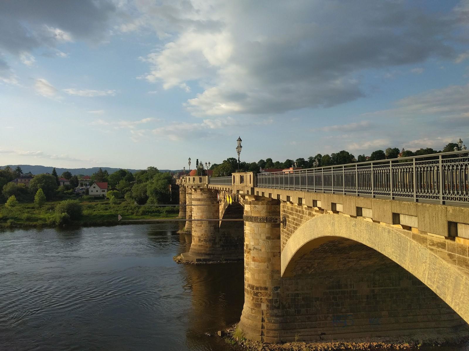 pEinnbspstimmungsvolles-Abendlicht-empfaumlngt-uns-in-Pirna-Es-lohnt-sich-einen-Tag-extra-einzuplanennbspDas-Elbufer-und-die-Altstadt-mit-dem-thronenden-Schloss-ist-eine-Erkundung-auf-jeden-Fall-wertnbspp