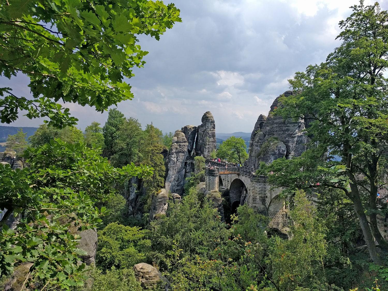 pSicherlich-eines-der-Highlights-im-Elbsandsteingebirge-Die-BasteinbspDer-Aufsteignbspvon-Stadt-Wehlen-hier-hoch-ist-recht-ordentlichnbspDer-Malerweg-fuumlhrt-uns-direkt-uumlber-die-Bruumlcke-vorbei-an-tollen-Aussichten-ins-Elbtal-und-auf-die-bizarren-Felsformationen-Die-Anstrengungen-sind-damit-fast-vergessennbspnbspp