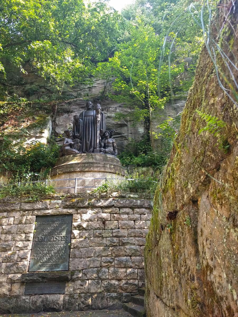 pNeben-dem-Rauschen-der-kleinen-Wasserstufen-ertoumlnen-klassische-Klaumlnge-Am-Richard-Wagner-Denkmal-wird-die-Prelude-zu-Lohengrin-gespielt-Seltsam-schoumln-denken-wir-uns-und-entfernen-uns-von-der-Musik-in-Richtung-Naturrauschennbspp
