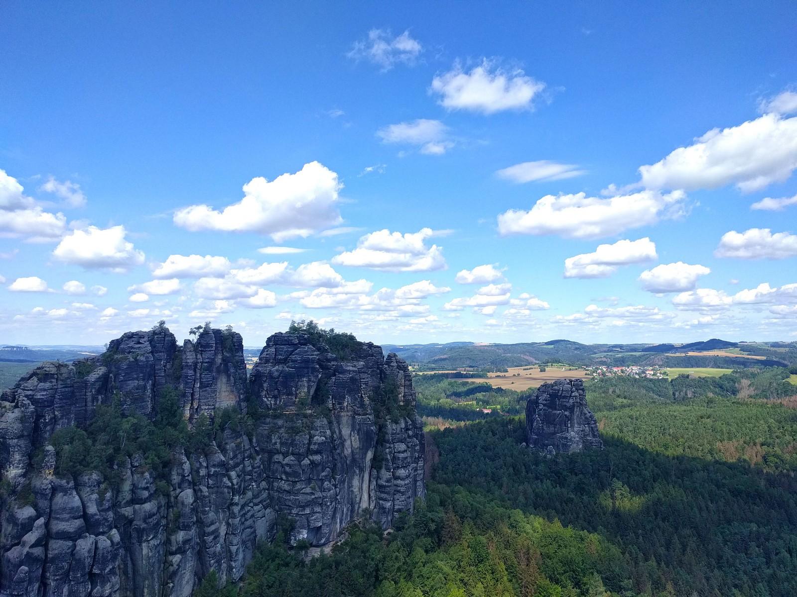 pEin-weiteres-Highlight-sind-die-Schrammsteine-auf-Etappe-4-Unser-Chefredakteur-Thorsten-Hoyer-empfahl-uns-den-Aufstieg-uumlber-den-Wildschuumltzensteig-und-wir-koumlnnen-nur-bestaumltigen-dass-das-Klettern-uumlber-Leitern-und-durch-schmale-Felsengaumlnge-unglaublich-viel-Spaszlig-gemacht-hat-Oben-erwartet-uns-diese-herrliche-AussichtppHinweis-Der-Wildschuumltzensteig-ist-auch-gut-mit-einem-50l-Rucksack-zu-erklimmenp