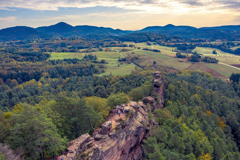 pEsskastanienzeit-in-der-PfalzppAuf-der-a-hrefhttpswwwpfalzdederoutegeiersteine-tourutmsourcewandermagazinamputmmediumpartneramputmcampaignwandermenuamputmcontentwandermenugeiersteine-tour-targetblankGeiersteine-Toura-finden-dienbspleckerennbspKeschdenbspundnbspgeologischen-HighlightsnbspzusammennbspSandsteinfelsen-schlaumlngeln-sich-durch-die-Landschaft-und-geben-Panoramablicke-uumlber-die-Region-freinbspp