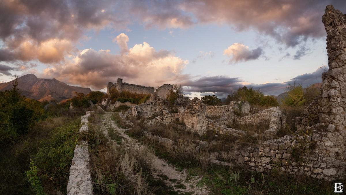 pquotAlbe-Vecchia-and-Orsini-Castlequot-E1-in-Italienbr-Fotograf-Ermanno-Colasantebr-Nominiert-in-der-Kategorie-emKultur-und-Landschaftemp