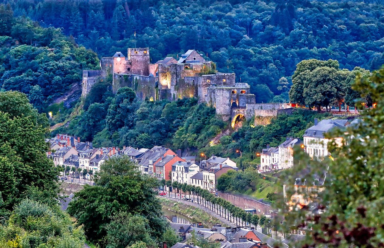 pDie-praumlchtige-Burg-des-Kreuzritters-Gottfried-thront-bereits-seit-einem-Jahrtausend-uumlber-der-sehenswerten-Stadt-Bouillon-die-durch-den-typischen-wilden-Ardennen-Fluss-Semois-durchzogen-wird-copy-WBT-Holger-Bernertp