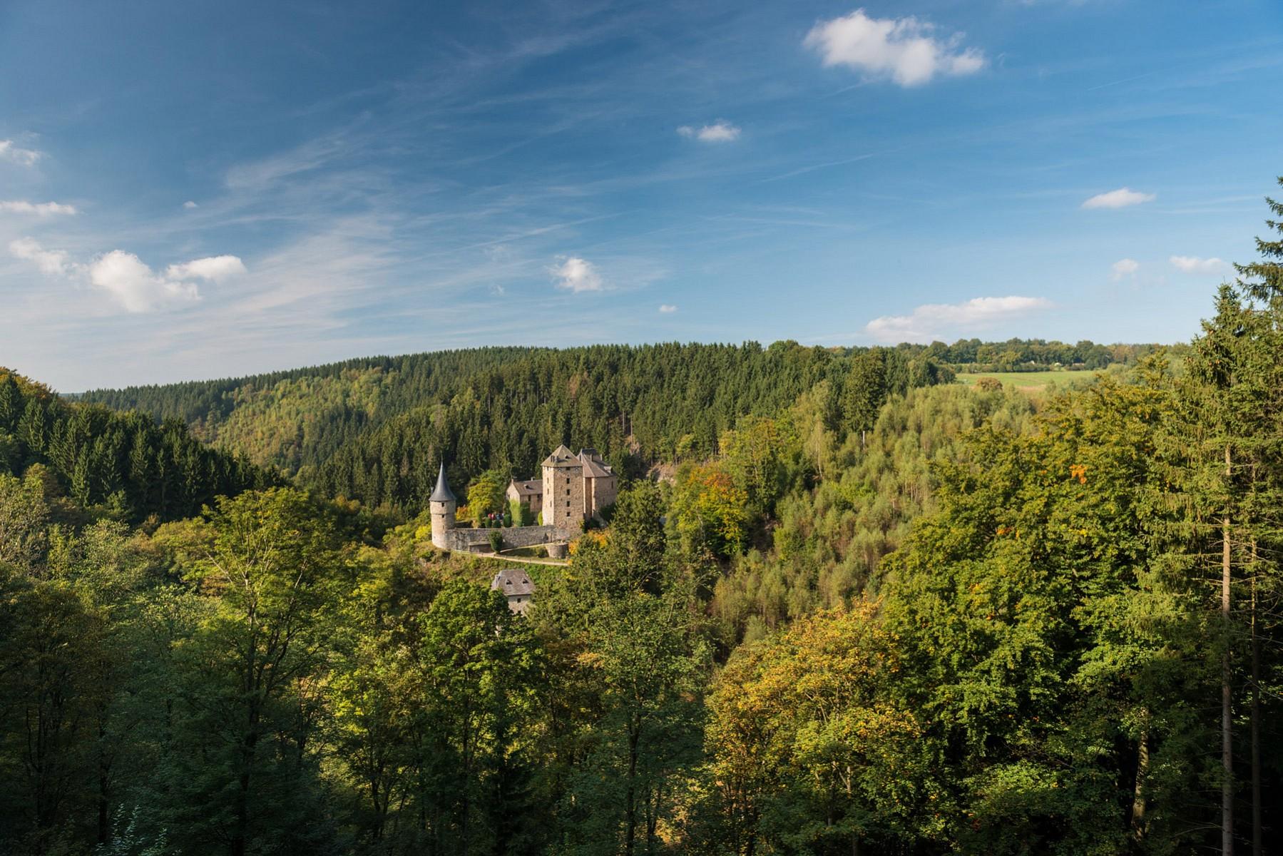 pAm-Fuszlige-des-Hohen-Venns-thront-die-Burg-Reinhardstein-auf-einem-Felssporn-uumlber-dem-Fluss-WarchenbspDie-Fluss--und-Waldlandschaft-rund-um-die-Burg-ist-so-interessant-dass-es-hier-sowohl-Fern--als-auch-Rundwege-zu-erwandern-gibtnbspcopy-WBT-Dominik-Ketzp