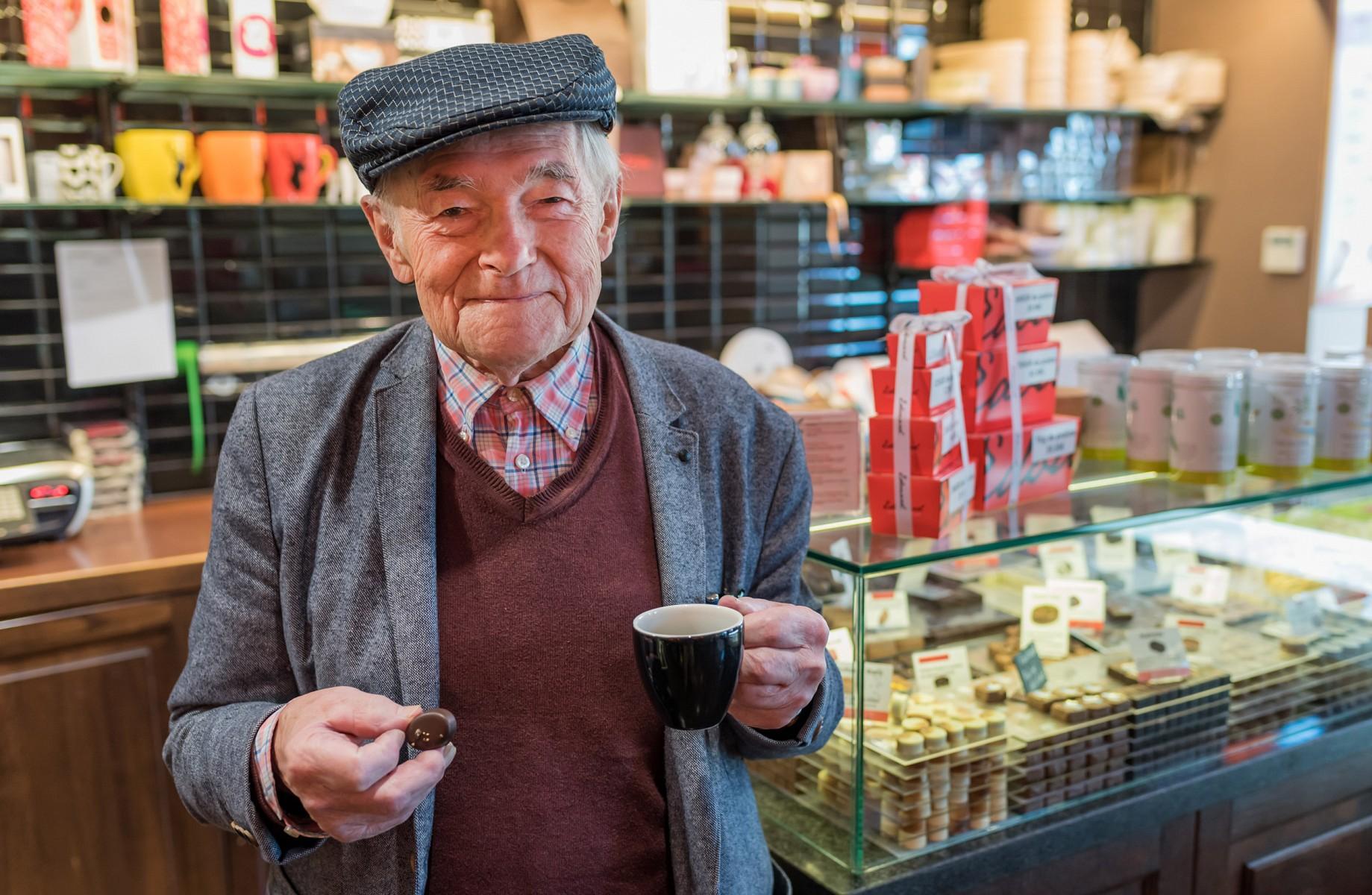pUnweit-von-Chassepierre-in-Florenville-am-Dorfplatz-befindet-sich-eine-besondere-Quelle-des-GeschmacksnbspDie-Chocolatierskunst-von-Monsieur-Edouard-lockt-auch-die-Einheimischen-immer-wieder-in-das-Cafeacutebr-copy-Andreas-Pacekp